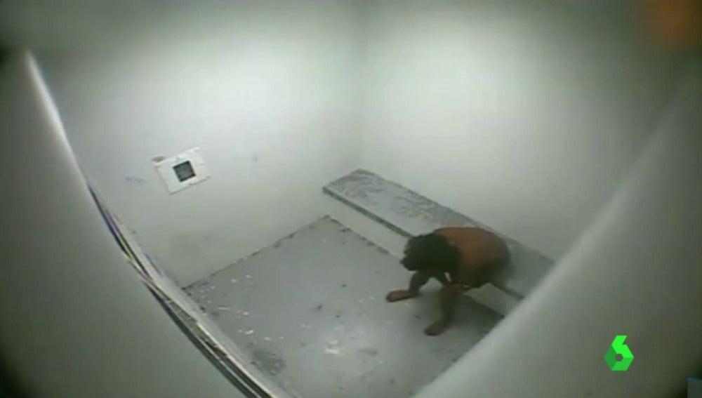 Frame 58.663869 de: Les ataban el cuello al respaldo de una silla o les lanzaban gas lacrimógeno: las posibles torturas en un reformatorio de Australia