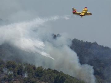 Medios aéreos trabajan en la extinción del incendio en el Parque Natural de Castellón