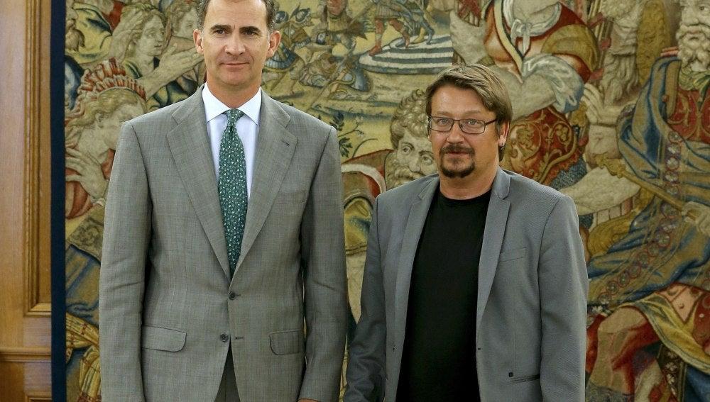 Xavier Domènech, de En Comú Podem, con el rey Felipe