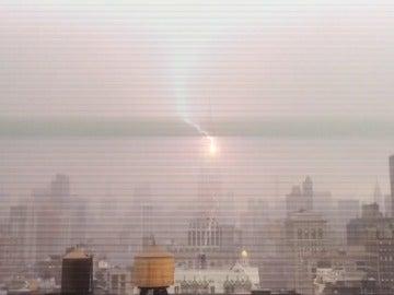 Cae un rayo sobre el Empire State de Nueva York.
