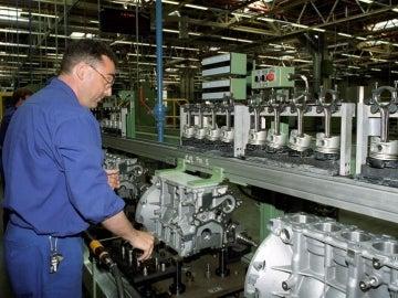 Un operario trabaja en la cadena de montaje de la fábrica Ford de Almusafes