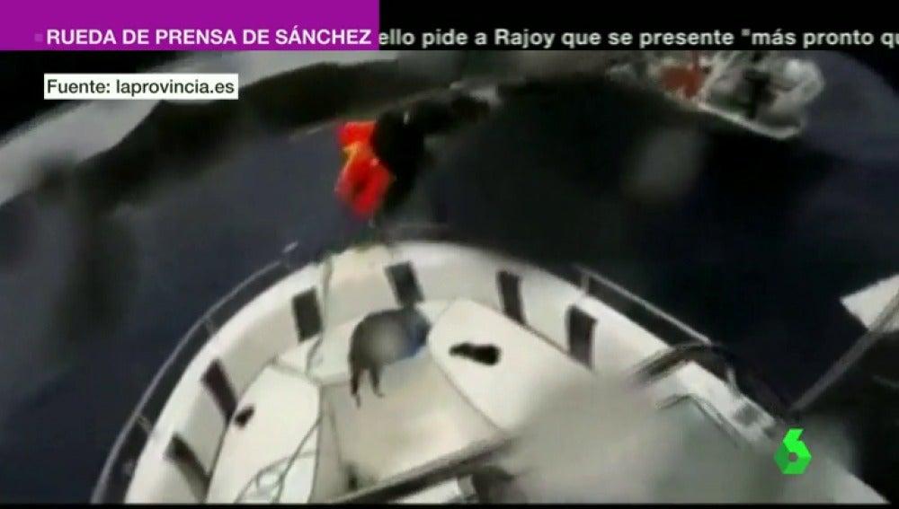 Frame 1.849957 de: Rescatan a seis turistas tras hundirse su barco en Lanzarote