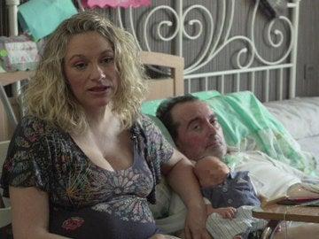 Ruth y Carlos posan junto a su bebé