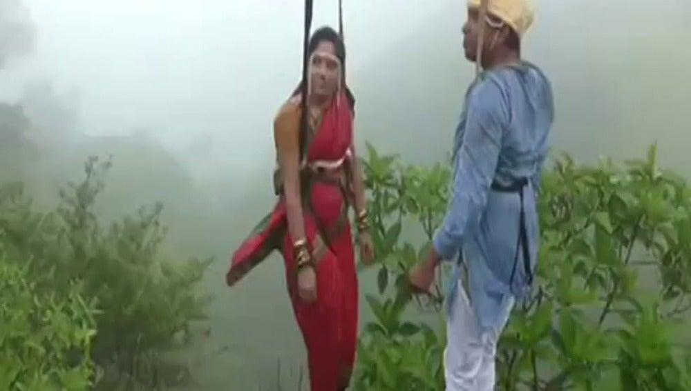 Frame 0.0 de: Una pareja se casa a 90 metros de altura en la India