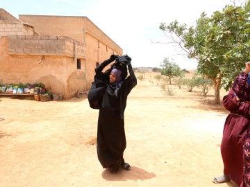 Una mujer siria se quita el niqab