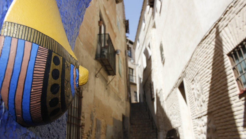 Un seno de colores en la calle de Toledo