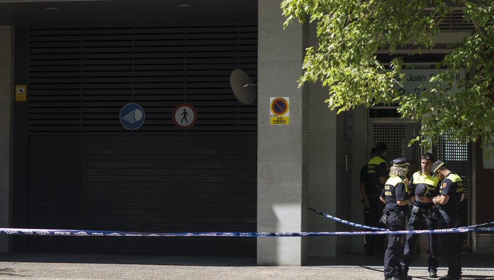 Agentes de la Policía custodian el lugar donde un hombre han disparado a su mujer y a su hija en Zaragoza