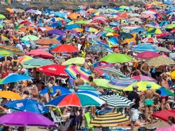 Imagen de archivo de una playa abarrotada