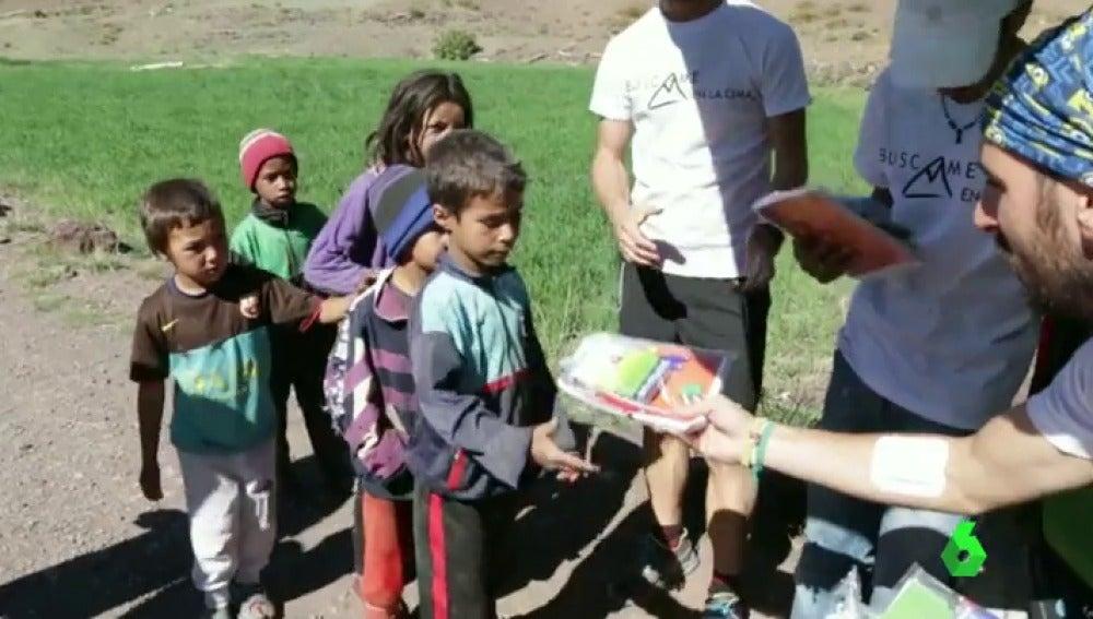 Frame 70.899159 de: Un profesor de Córdoba recorre las zonas afectadas por el terremoto de Nepal para llevarles material escolar
