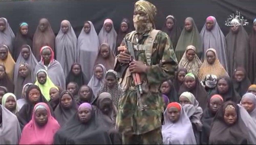 Miliciano con las niñas secuestradas.