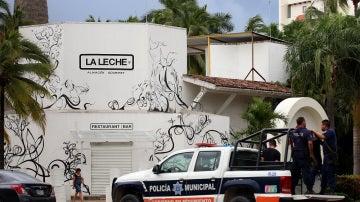 Fotografía del restaurante La Leche vigilado por la policía