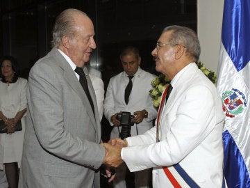 Don Juan Carlos saluda al presidente dominicano Danilo Medina