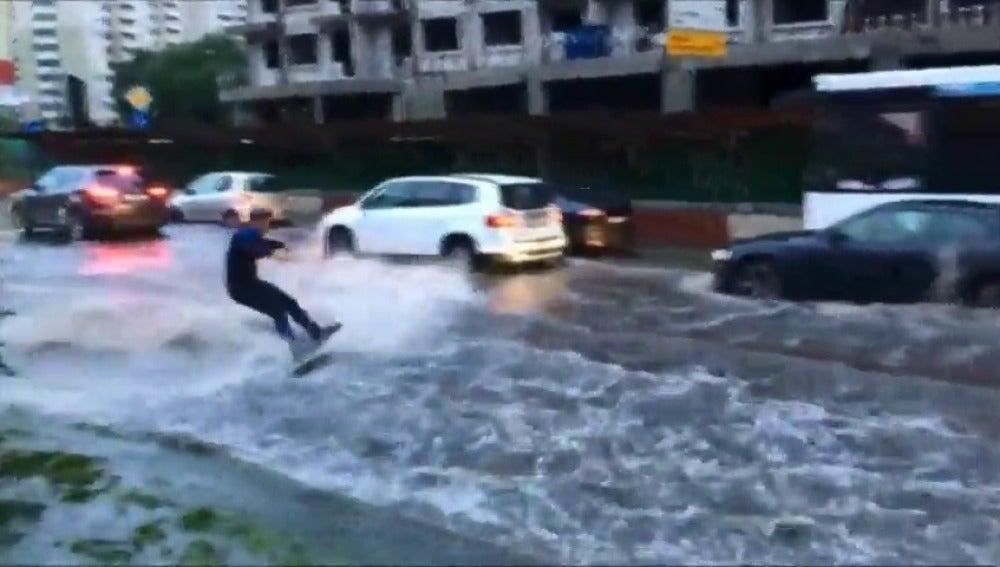 Frame 13.517815 de: Un hombre aprovecha las inundaciones de Moscú para hacer 'wakeboard' en plena calle