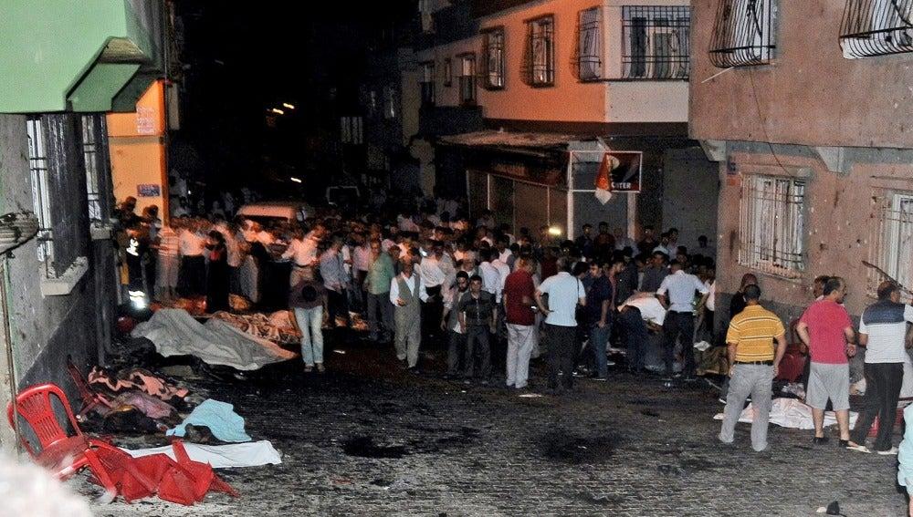 Gente en la calle tras el ataque en una ceremonia kurda.