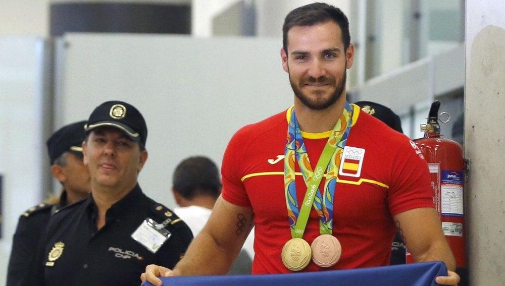 Saúl Craviotto muestra orgulloso las medallas conseguidas en Río 2016