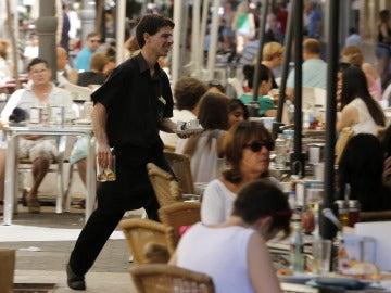 Un camarero trabajando en verano