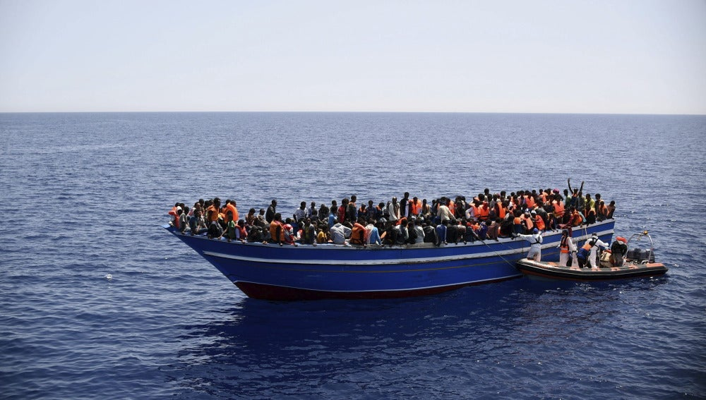 Una imagen de archivo de una barca llena de inmigrantes en el mar Mediterráneo.