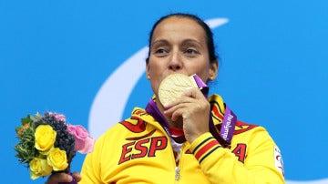 Teresa Perales besa una de sus medallas