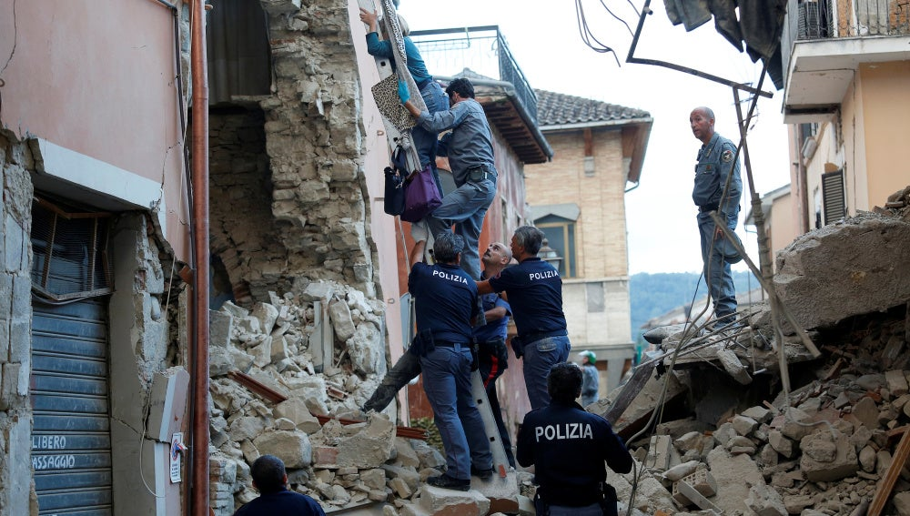 Policía de Italia rescata a una mujer y le ayuda a salir de su domicilio