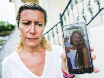 La madre de la joven mostrando una foto de su hija.