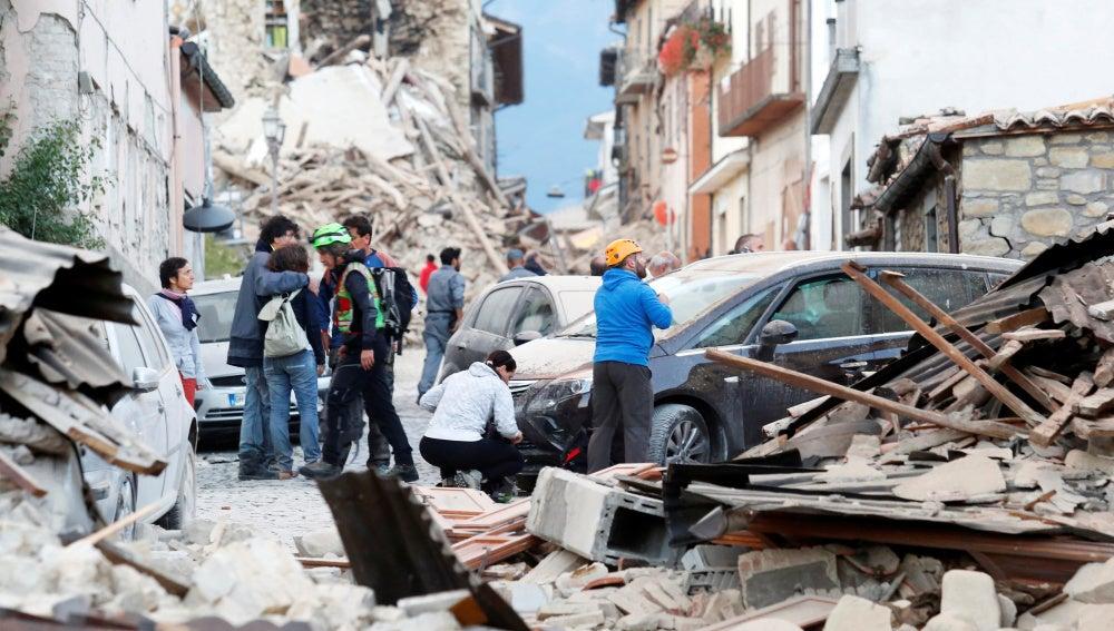 Gente espera en la calle tras el terremoto en el centro de Italia