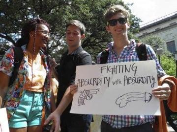 Estudiantes de Texas protestan contra la ley que permite portar armas en las universidades