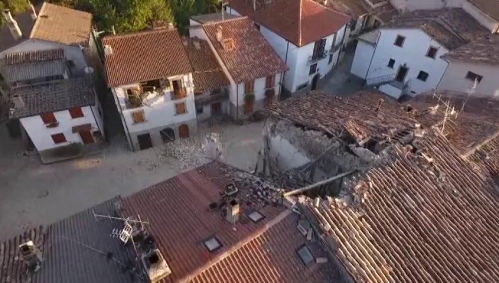 Frame 0.0 de: Nuevas imágenes grabadas con un dron muestran los daños del terremoto en las aldeas que rodean Amatrice