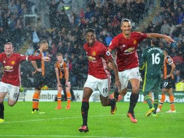 Rashford, Ibrahimovic y Rooney celebran el 0-1 ante el Hull City