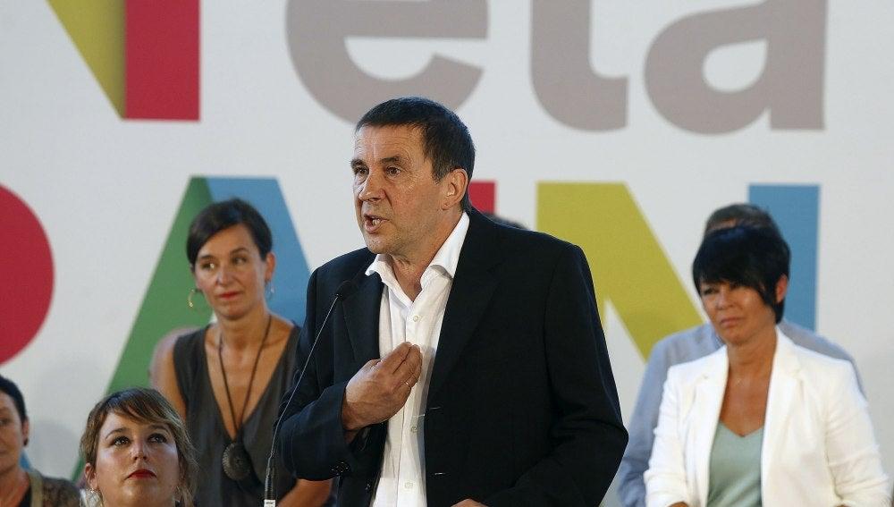 El candidato al lehendakari por EH Bildu, Arnaldo Otegi, durante su intervención en la presentación de la propuesta política de la coalición abertzale