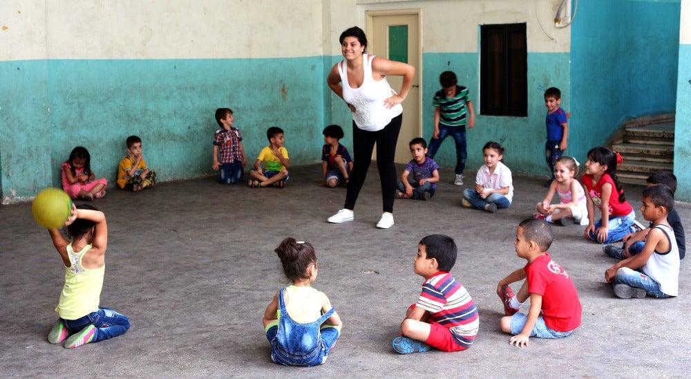Refugiados sirios y niños sin recursos durante una clase en la escuela de Bourj Hammoud, en Beirut