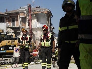 Bomberos preparan una demolición controlada en el centro de Amatrice, Italia