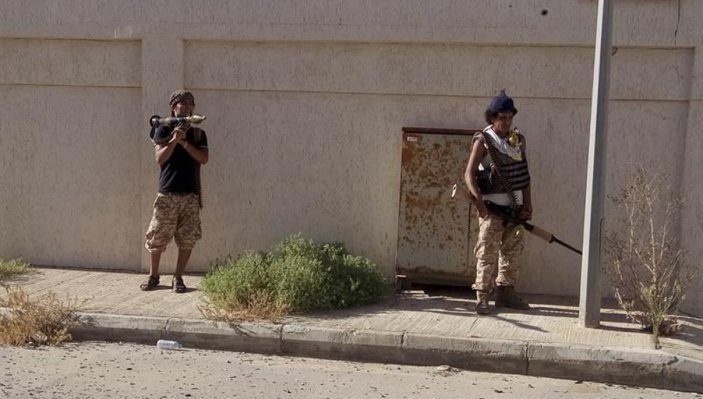 Dos milicianos en la ciudad de Sirte