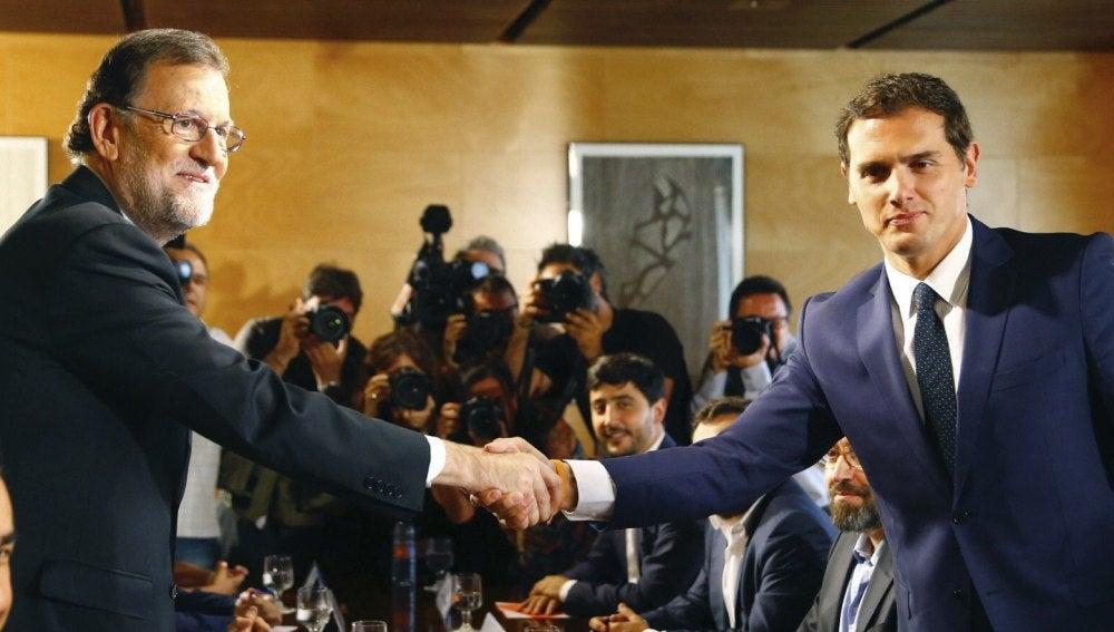 Mariano Rajoy y Albert Rivera posan tras la firma del acuerdo entre sus formaciones