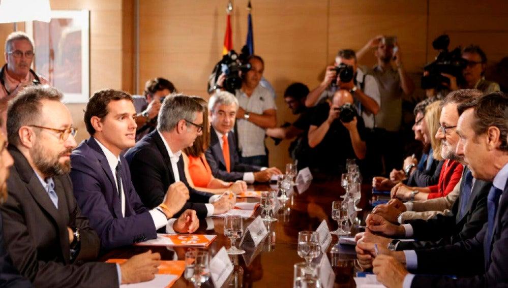 Rajoy y Rivera, en la mesa de negociación