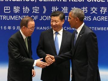 El presidente chino, Xi Jinping, el de EEUU, Barack Obama y el secretario general de la ONU, Ban Ki-moon, estrechando las manos tras el acuerdo.