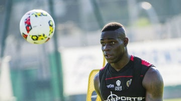 Balotelli, entrenándose con el Niza