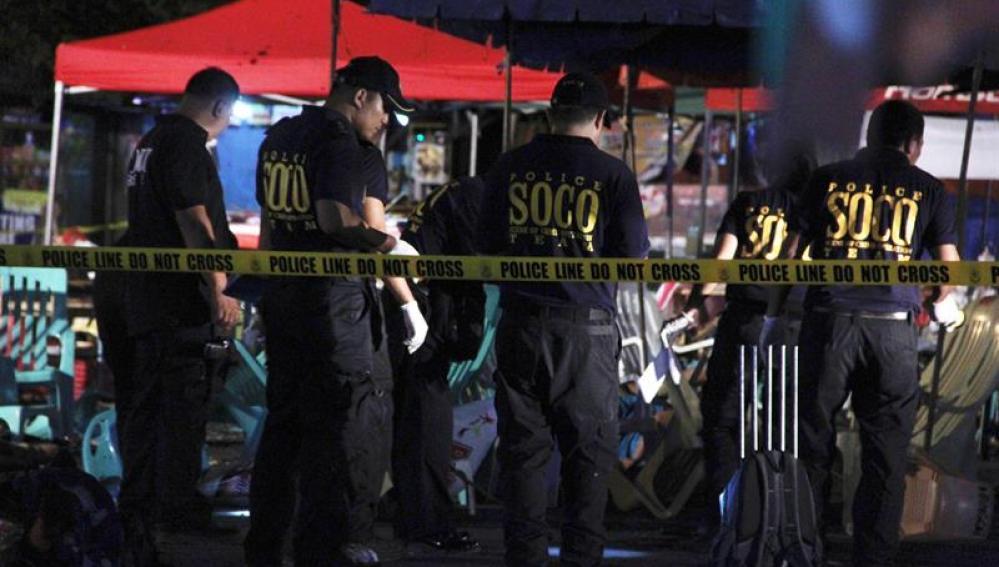 Un Policía Nacional filipino de la SOCO recoge evidencias tras la explosión ocurrida en un mercado en Davao, Filipinas