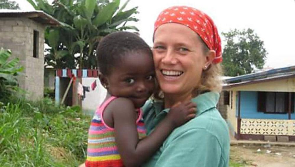Isabel Solà con una niña en brazos