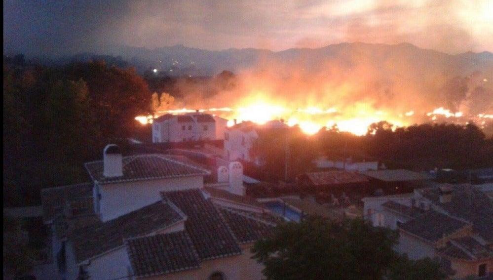 El fuego ha afectado a las viviendas colindantes