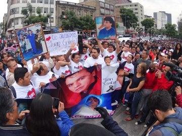 Miles reciben bajo la lluvia las cenizas de Juan Gabriel en Ciudad de México