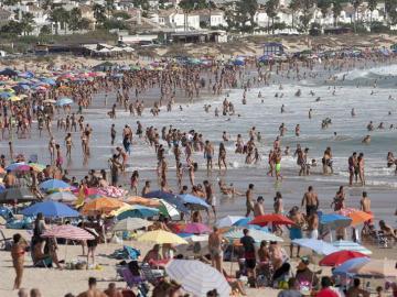 Playa de La Barrosa en Chiclana de la Frontera (Cádiz) abarrotada