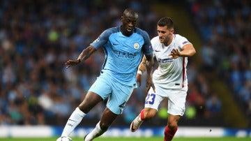 Yaya Touré conduce el balón en un partido con el City