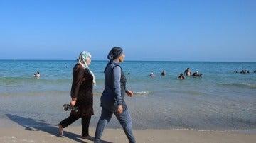 Dos mujeres vestidas con burkinis en una playa