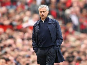Mourinho, con gesto serio en la banda durante el partido del United