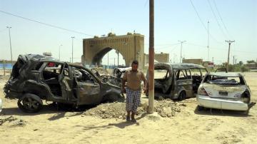 Vehiculos destruidos tras un atentado en Bagdad