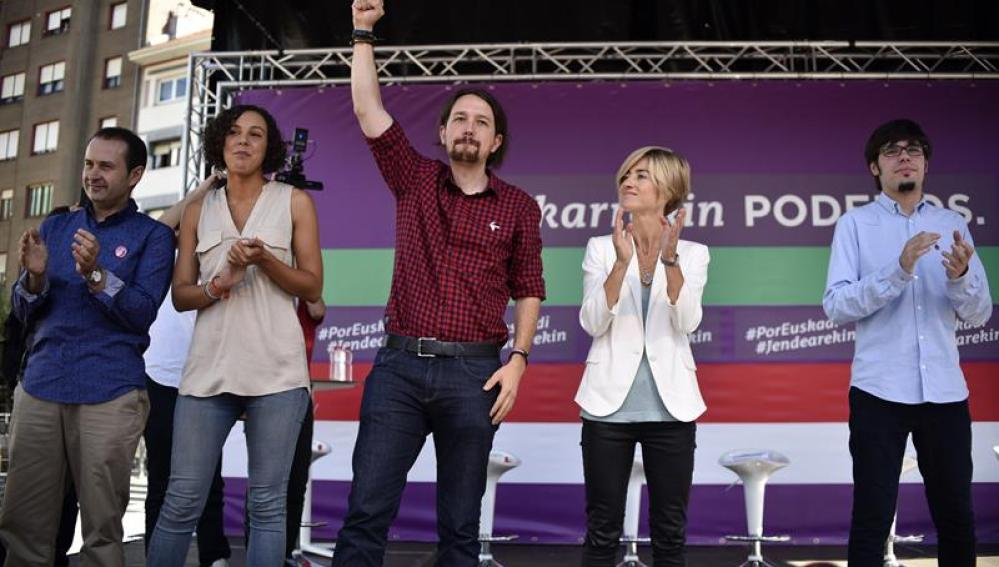 El líder de Podemos, Pablo Iglesias, acompañado por la candidata a lehendakari, Pili Zabala