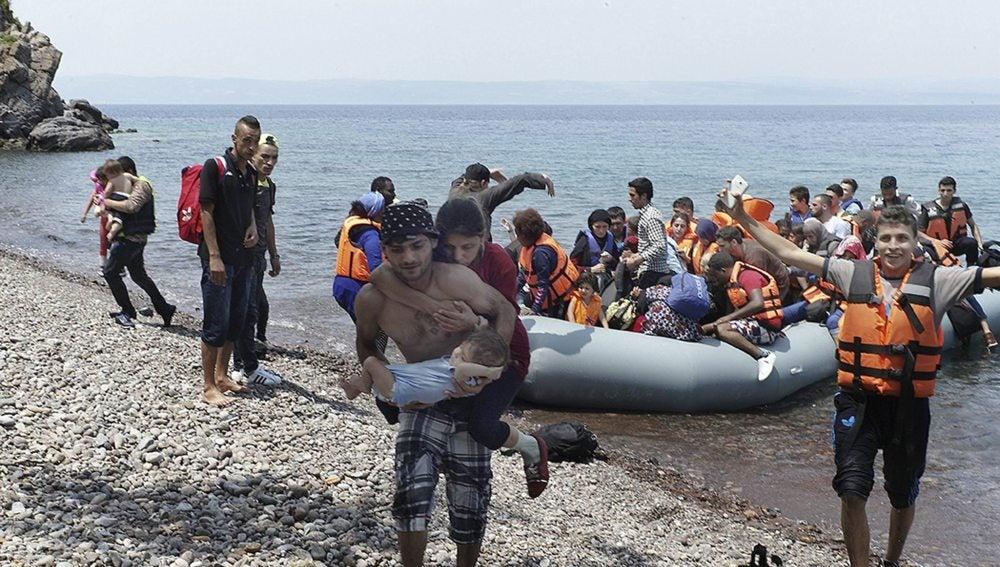 Llegada de un grupo de refugiados en lancha a la costa nororiental de la isla de Lesbos
