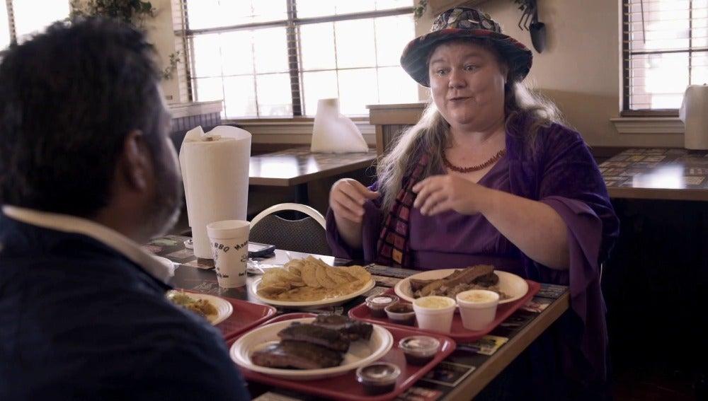 Jalis de la Serna con una mujer en Arkansas
