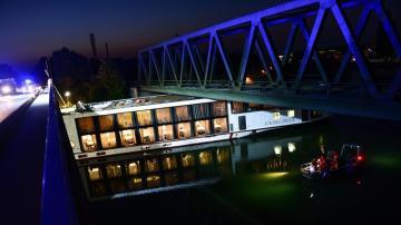 El crucero tras haber chocado contra un puente en el canal Meno-Danubio en Alemania