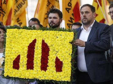 El diputado de ERC Gabriel Rufián y el líder del partido, Oriol Junqueras, asisten a la tradicional ofrenda floral al monumento de Rafael Casanova